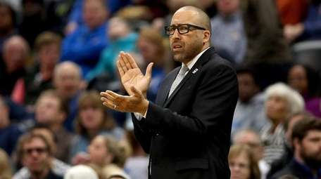 David Fizdale of the Grizzlies encourages his team
