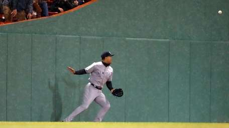 Yankees outfielder Giancarlo Stanton can't get to a