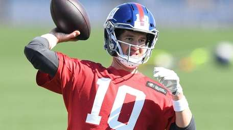 Giants quarterback Eli Manning passes during voluntary minicamp
