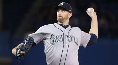 James Paxton of the Mariners delivers a pitch