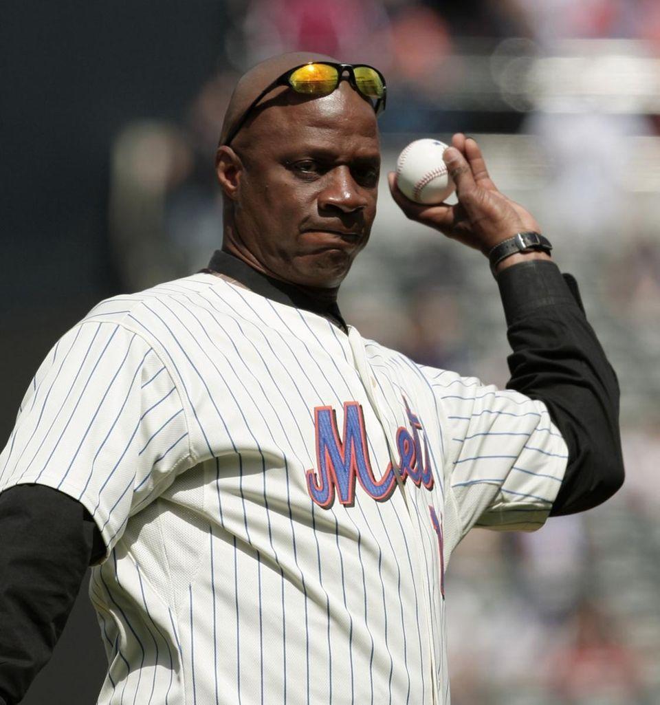 Former New York Mets player Darryl Strawberry throws