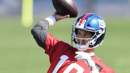 New York Giants quarterback Eli Manning passes the