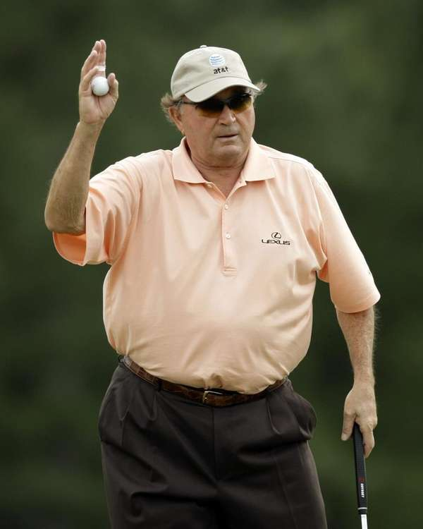 Raymond Floyd waves to the gallery after finishing