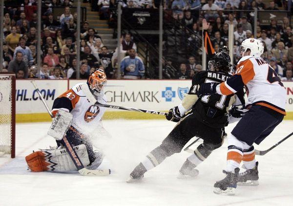Evgeni Malkin #71 of the Pittsburgh Penguins scores