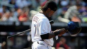 New York Mets' Jose Reyes (7) strikes out