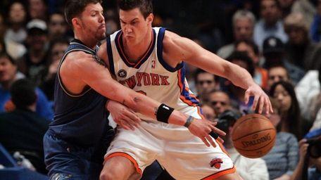 The Knicks' Danilo Gallinari, right, backs down Washington's