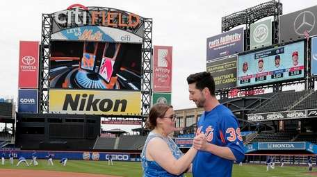 Mets pitcher Jerry Blevins dances on the field