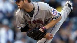 New York Mets starting pitcher John Maine works