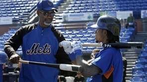 New York Mets manager Jerry Manuel, left, talks