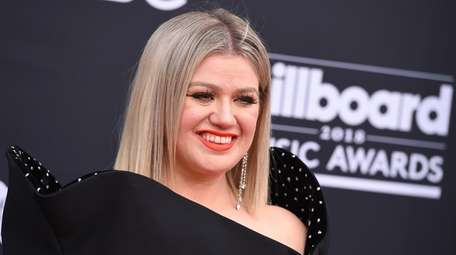 Kelly Clarkson arrives at the Billboard Music Awards