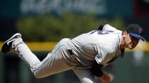 New York Mets starting pitcher Mike Pelfrey works