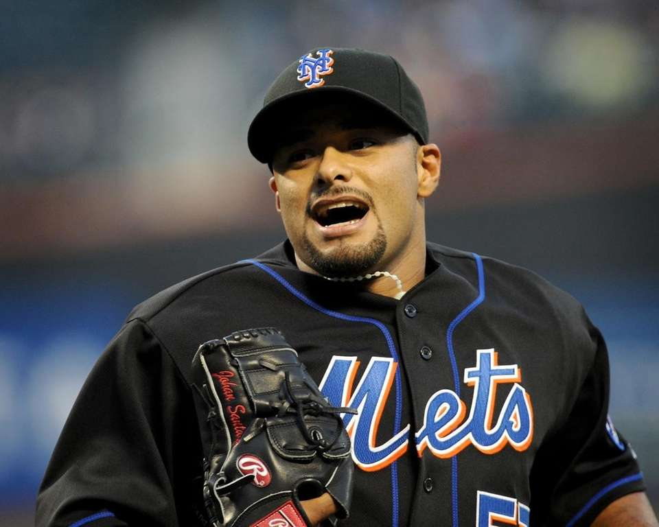 The Mets' Johan Santana returns to the dugout