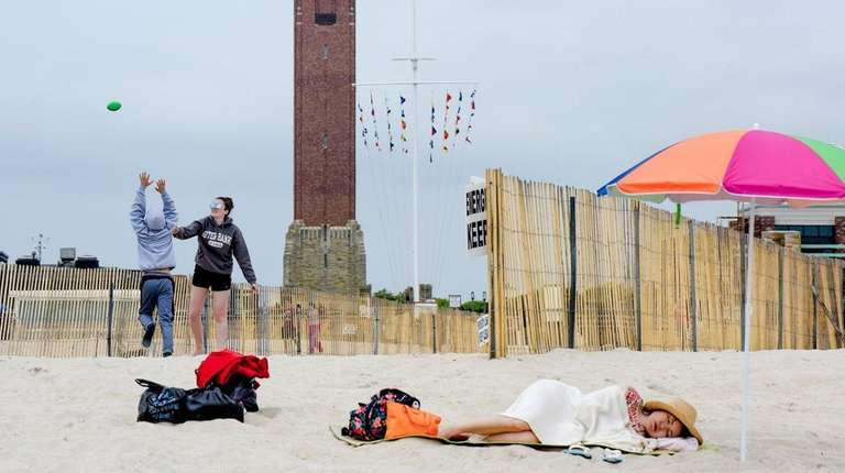 Memorial Day beachgoers make the best of a