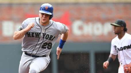 Mets catcher Devin Mesoraco races to third before