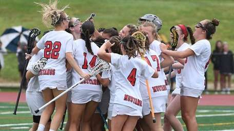 Mt. Sinai players celebrate their 8-6 win against