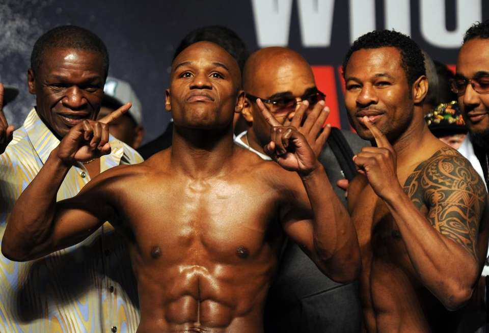 Floyd Mayweather (L) and Shane Mosley pose during
