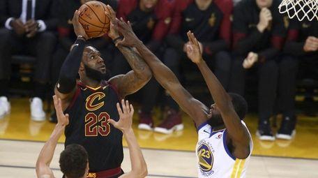 Cavaliers forward LeBron James shoots against Warriors guard