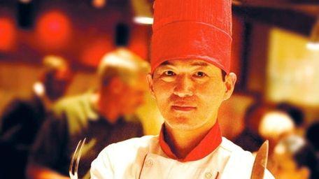A habachi chef shows his skills at Benihana