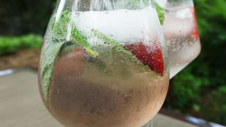 A Spanish-style gin and tonic is served in