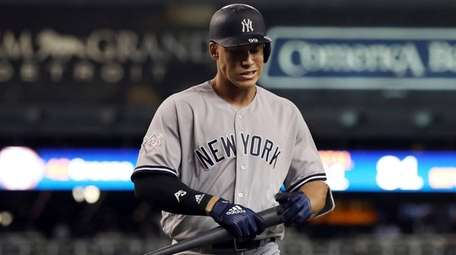 Yankees rightfielder Aaron Judge walks back to the
