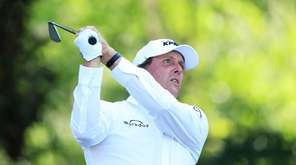 Phil Mickelson got little applause for wearing a