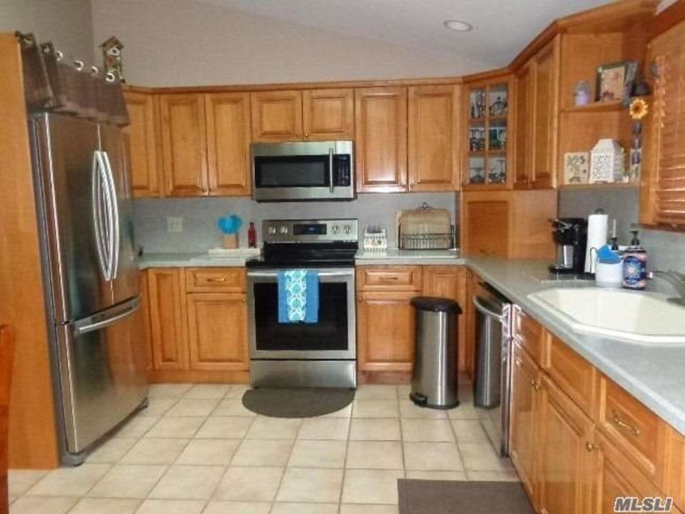 The eat-in kitchen features new stainless steel appliances.