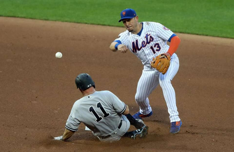 Mets second baseman Asdrubal Cabrera completes a double