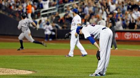 Mets pitcher Jacob deGrom reacts after giving up