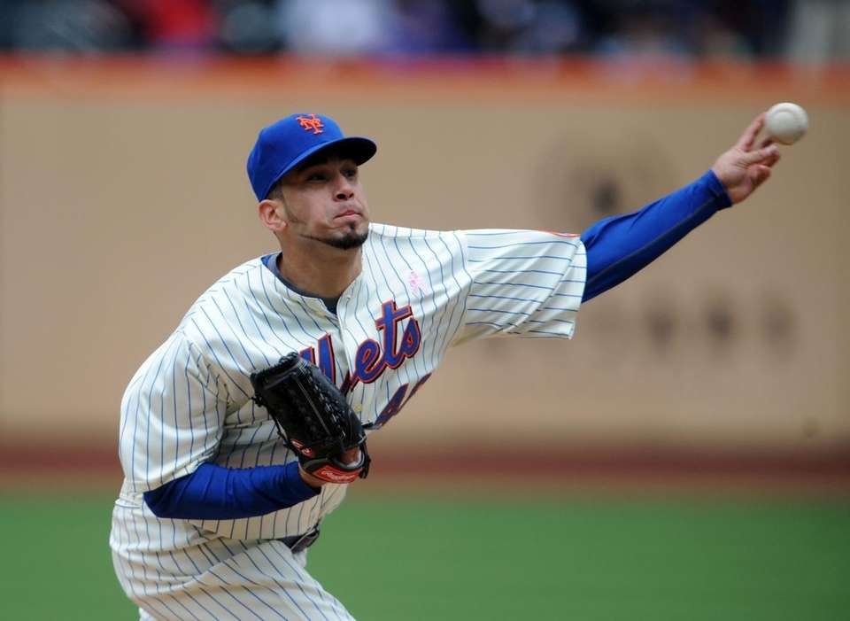 Mets starting pitcher Oliver Perez throws in the