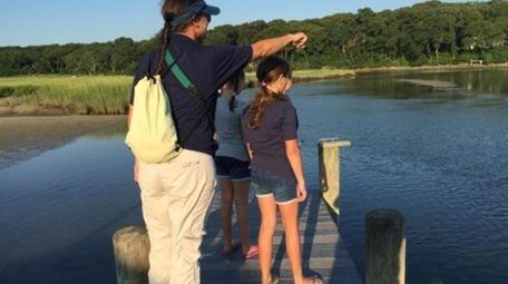 Long Island Aquarium staff guide kids through a