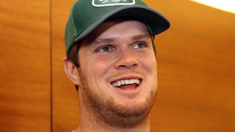 Jets QB Sam Darnold talks to the media
