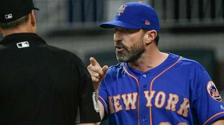 Mets manager Mickey Callaway argues with umpire Stu