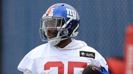 Giants defensive back William Gay runs through drills
