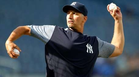Former Yankee Andy Pettitte throws batting practice before