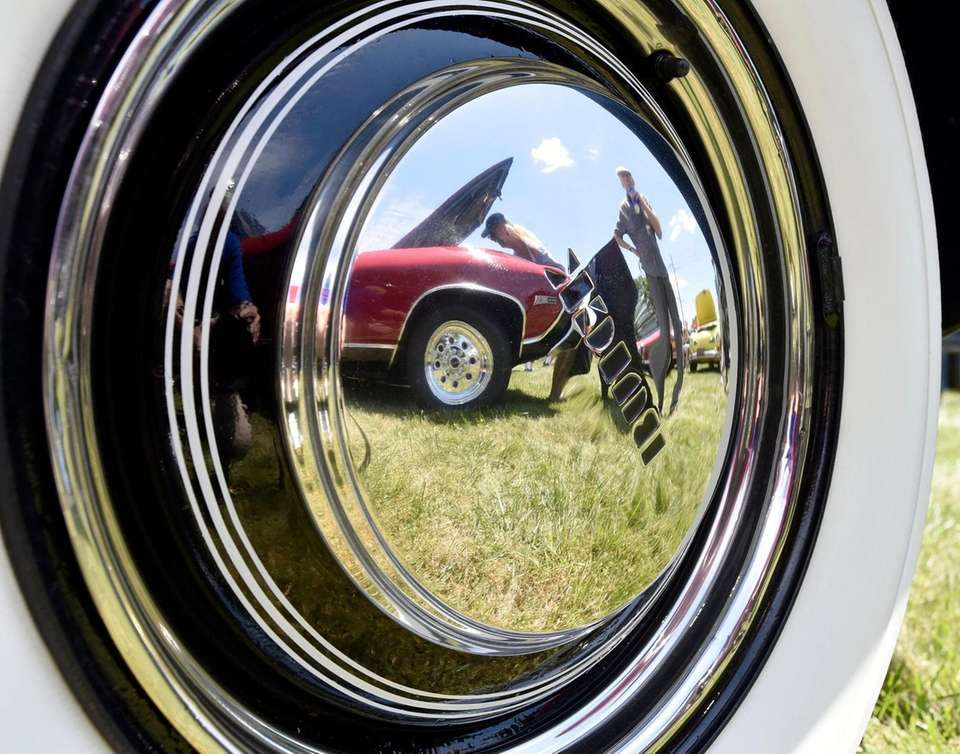 Car enthusiasts are reflected in the hub cap