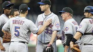 New York Mets starting pitcher John Maine leaves
