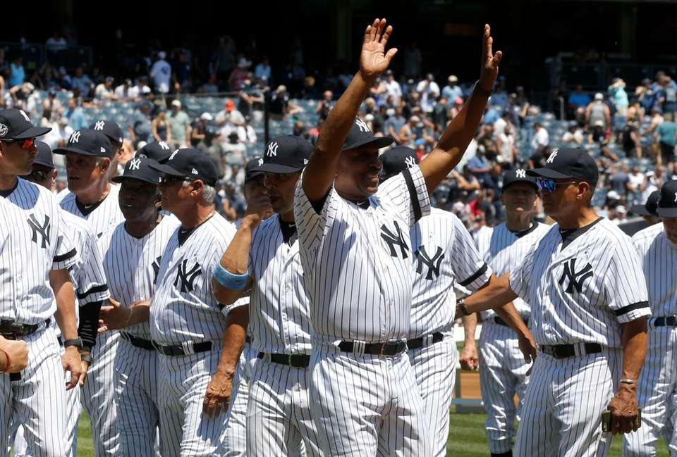Willie Randolph waves to the crowd during Old-Timers'