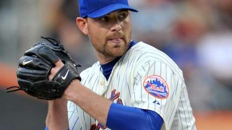 Mike Pelfrey pitches in the first inning of