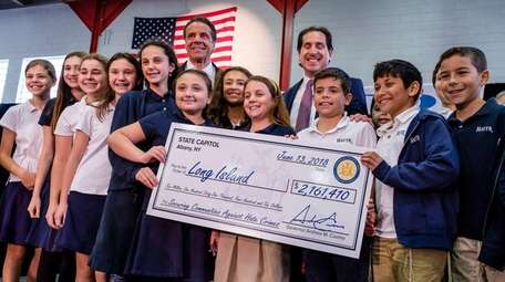 Gov. Andrew Cuomo poses with students at Hebrew