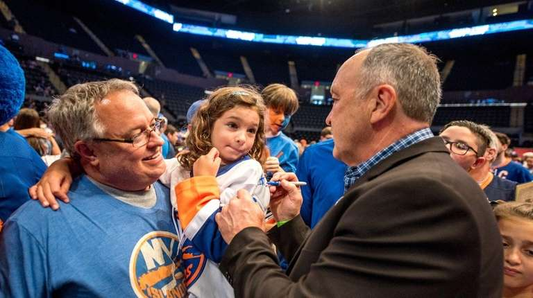 Fromer Islander Bryan Trottier signs autographs during the