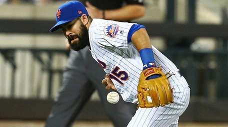 Luis Guillorme of the Mets bobbles the ball