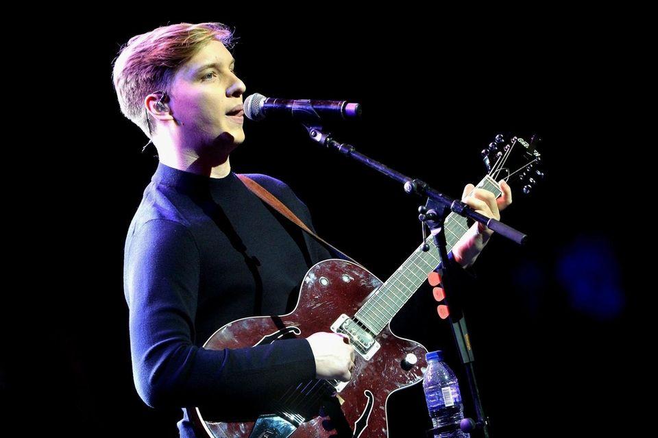 LONDON, ENGLAND - NOVEMBER 26: George Ezra performs