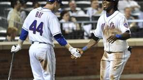 Mets' Jason Bay greets Jose Reyes at home