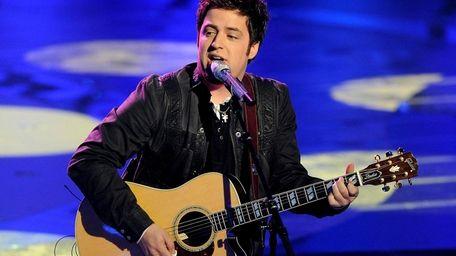 Lee DeWyze performs on 'American Idol.'