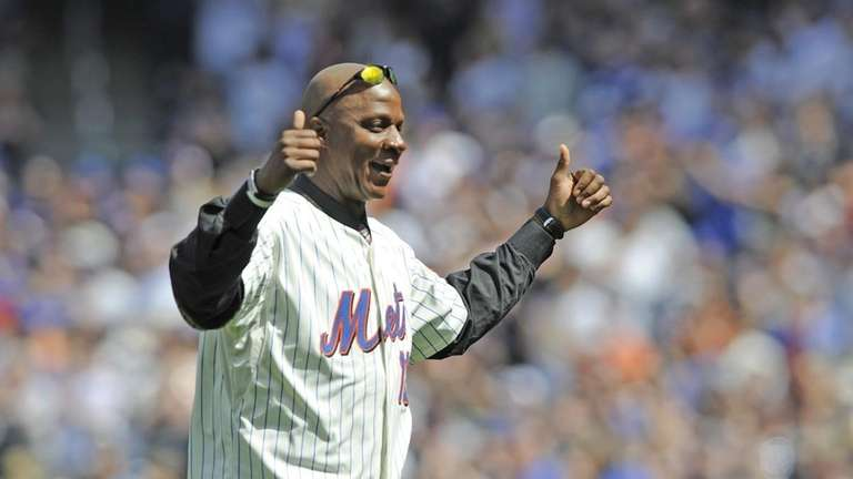 Darryl Strawberry salutes the rowd after throwing out