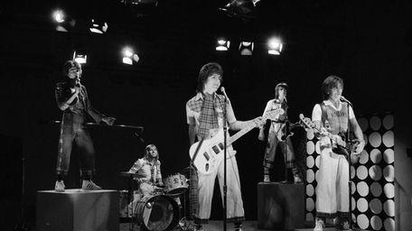 Alan Longmuir, right, performs on Jan. 16, 1976,