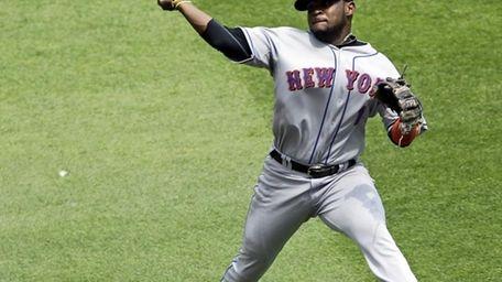 New York Mets' Luis Castillo makes a play