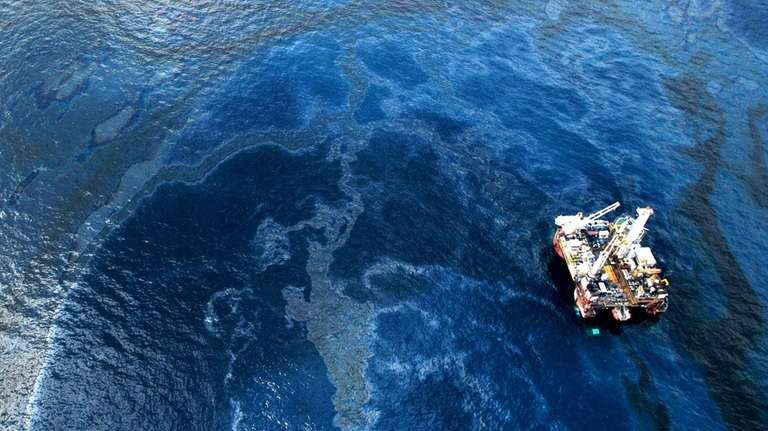 Oil surrounds the site of the Deepwater Horizon