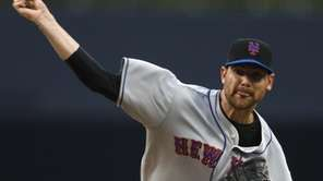 New York Mets starter Mike Pelfrey pitches in