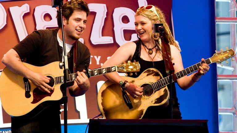 American Idol winner Lee DeWyze and runner-up Crystal